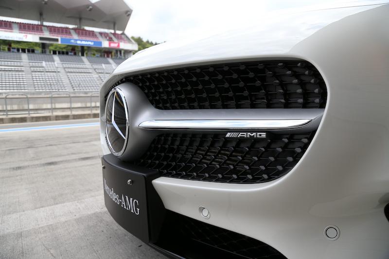 メルセデスAMG GTのエクステリアデザインはスポーツ性とエモーション(感情)を表現。ロングノーズ&ショートデッキ、大径ホイール、幅広のテールエンドなどで典型的なスポーツカーのスタイルを表現している。ライト類はすべてLEDとし、ヘッドライトはフロントウインドー上部に付けられたカメラにより対向車や前走車を検知し、ほかの車両にハイビームが当たらないように自動的に照射範囲を制御する「アダプティブハイビームアシスト・プラス」を装備。スリーポインテッドスターを中央に配した立体的なダイヤモンドグリルと水平ルーバーが特徴的なフロントマスク