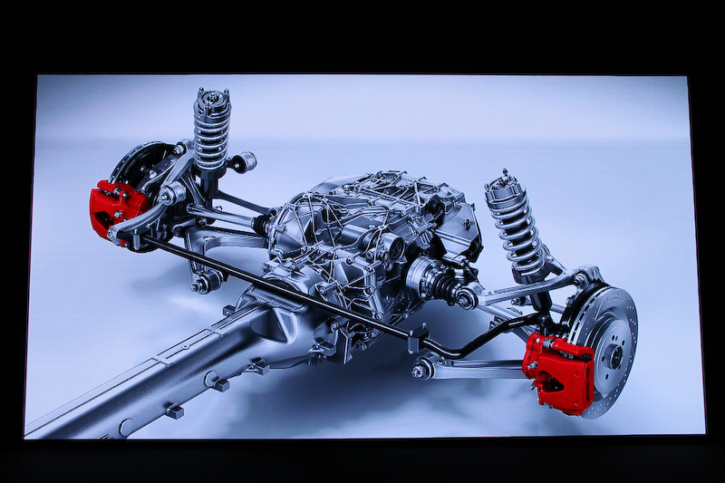 メルセデスAMG GTは前後ダブルウィッシュボーンサスペンションを採用。AMG GT Sは電子制御ダンピングシステムを備えた「AMG RIDE CONTROLスポーツサスペンション」を搭載