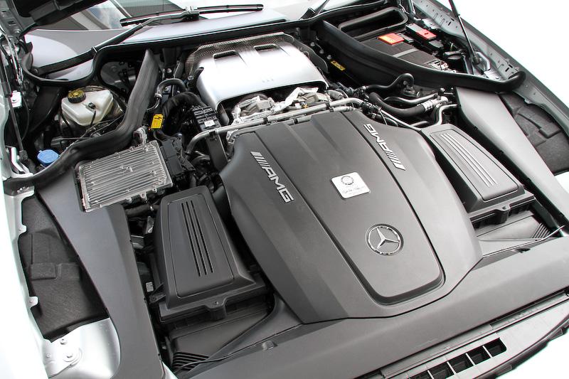 メルセデスAMG GT専用に新開発されたV型8気筒DOHC 4.0リッター直噴ツインターボ「M178」エンジン。最高出力/最大トルクはグレードによって異なり、AMG GTは462PS/61.2kgmを、AMG GT Sは510PS/66.3kgmを発生