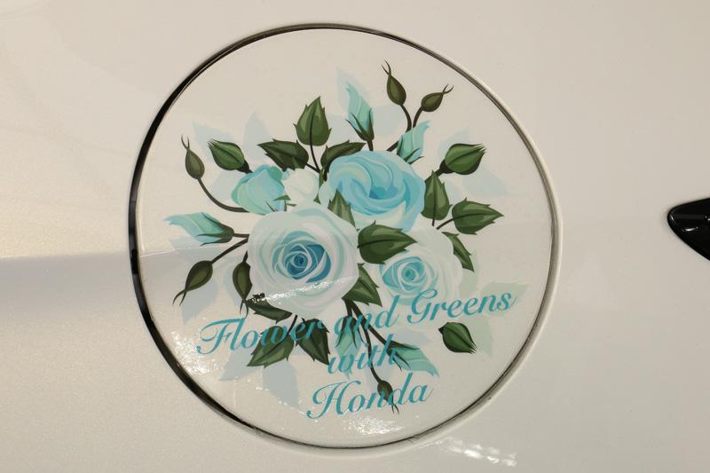 青いバラのイラストをボディー要所にワンポイントで配してイメージチェンジ
