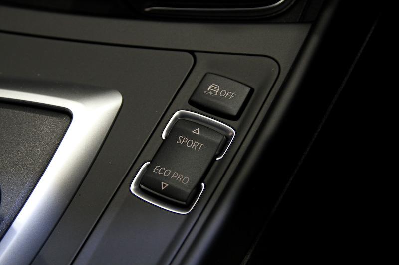 インテリアの基本デザインは従来モデルを踏襲するが、従来はマットブラック仕上げだったところハイグロスブラック仕上げとするセンターパネルを採用するとともに、センターパネルの随所に新たにクローム・インサートをレイアウト。より上質さを感じられる仕様とした。後席は60:40分割可倒式となっている