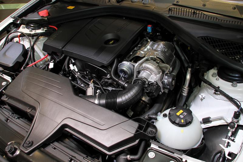 120iに搭載する直列4気筒DOHC 1.6リッターターボエンジン