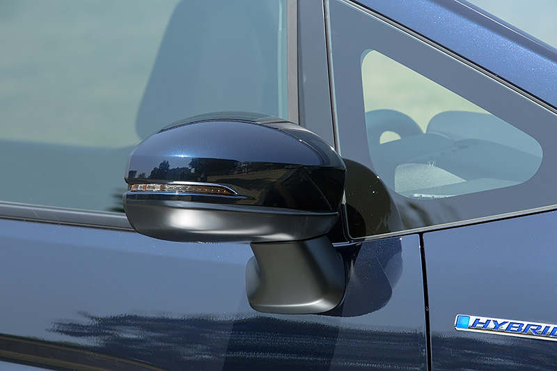 LEDウインカー内蔵の電動格納式リモコンカラードドアミラーは全車に標準装備。スマートキーによるロック、アンロックに連動して開閉するオートリトラミラータイプ