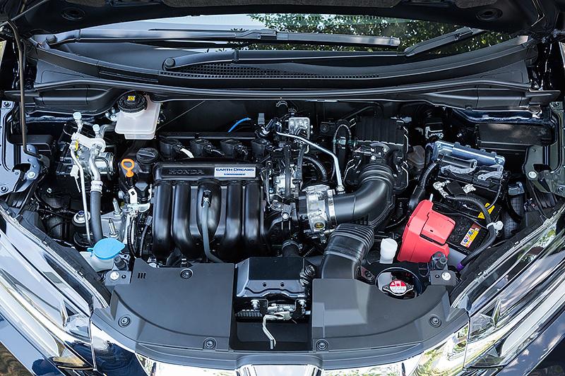 エンジンルームには1.5リッター直列4気筒ガソリンエンジンのほか、モーター内蔵7速DCTなどが収る。ただ、見た目は普通のガソリン車のようだ
