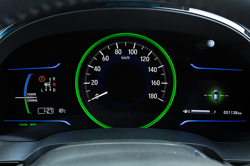 ハイブリッド車専用のメーターパネル。左はパワーメーターなど、右はマルチインフォメーションディスプレイ