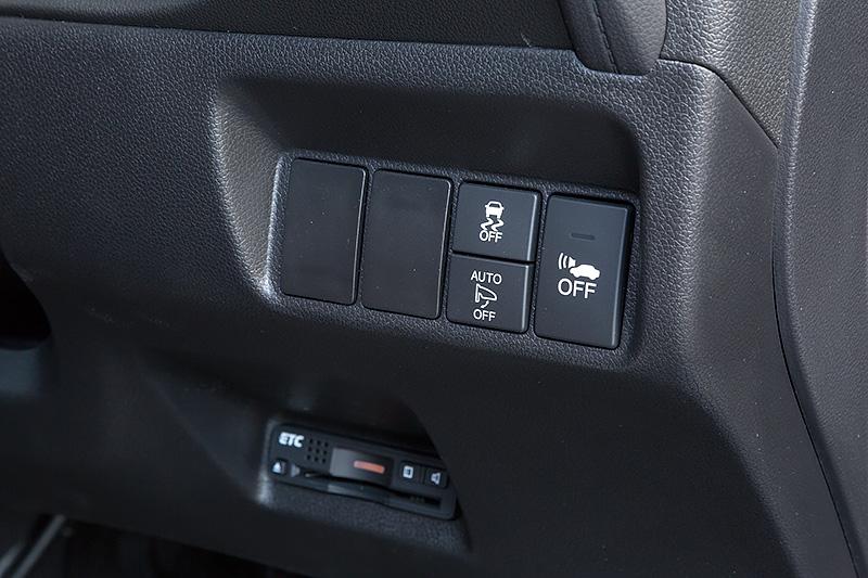 インパネ右側には安全装備などのスイッチが備わる
