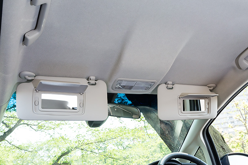 サンバイザー裏にバニティミラーを装備。これは全車共通