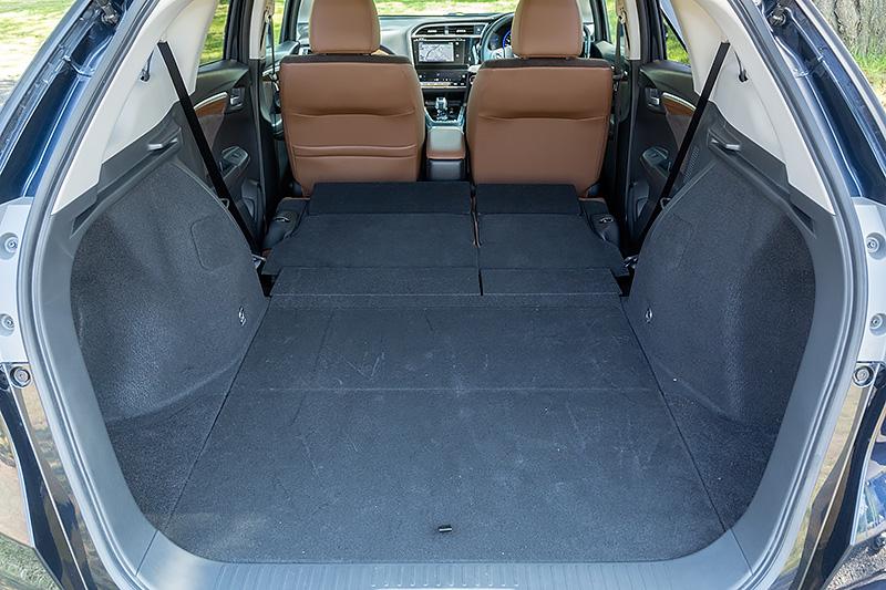 リアシートを畳めば荷室容量は1141Lまで拡大。フロアはフラットで荷物の出し入れがラク