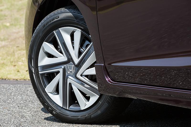 ホイールはスチール。タイヤはブリヂストンの「エコピア EP150」でサイズは185/60 R15