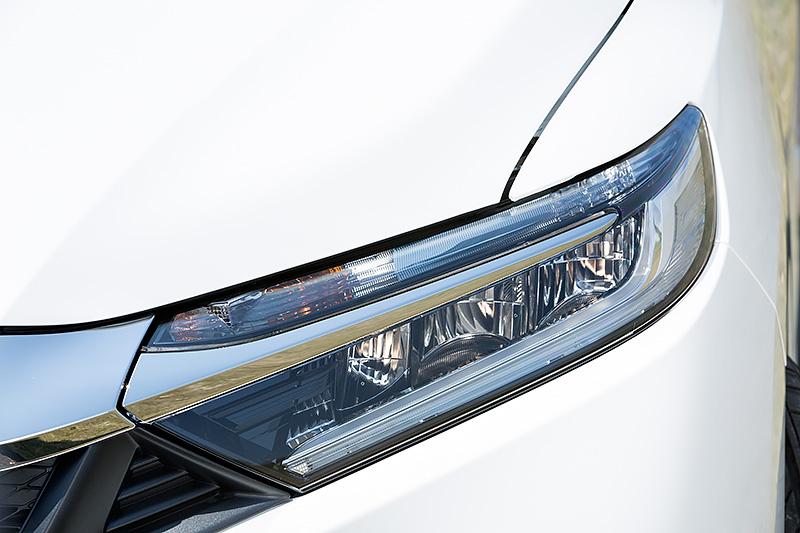 ヘッドライトはプロジェクタータイプのハロゲン仕様。LEDもオプションで選択可能だ