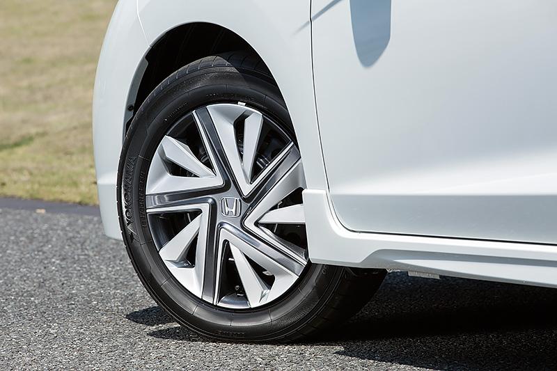 ホイールはスチールでフルホイールキャップが付く。タイヤはヨコハマゴムの「ブルーアース E50」でサイズは185/60 R15