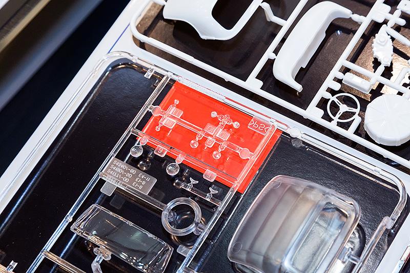 1/24のHonda S600は、既発売のHonda S800をベースに一部金型を変更して作られている。赤地の部分が新設計の部品になる