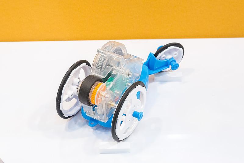 はずみ車、つまりフライホイールを使った動力で走るクルマのキット。最初にはずみ車を勢いよく回すと、その動力でクルマが走り続ける