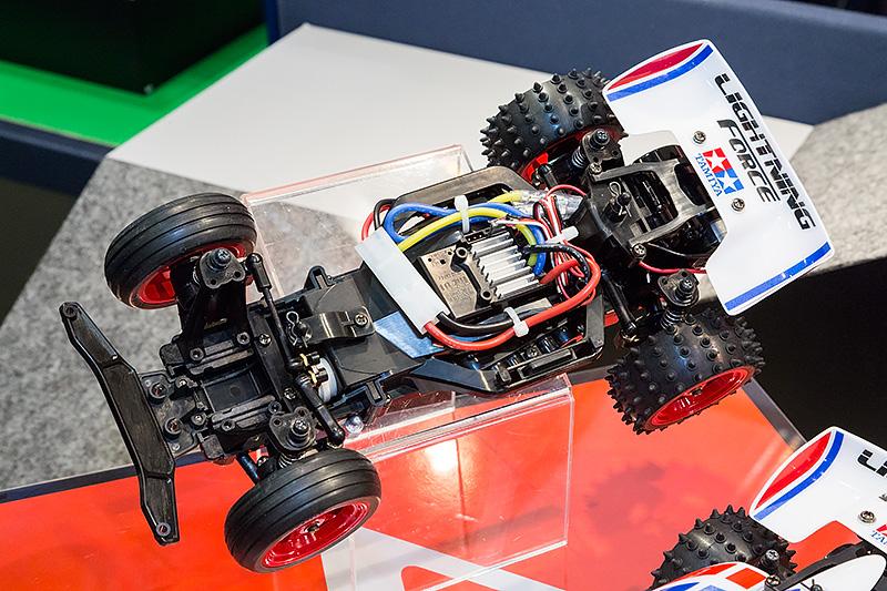 乾電池で走る組み立て済みニュー・エントリーRCカーは、組み立て済みキットと送受信機をセット。別売の乾電池を買ってくればすぐに走らせることができる。開発スタッフである前住諭氏は、低電圧から動作する受信機一体型のESC(スピードコントローラ)が乾電池動作のポイントとのこと