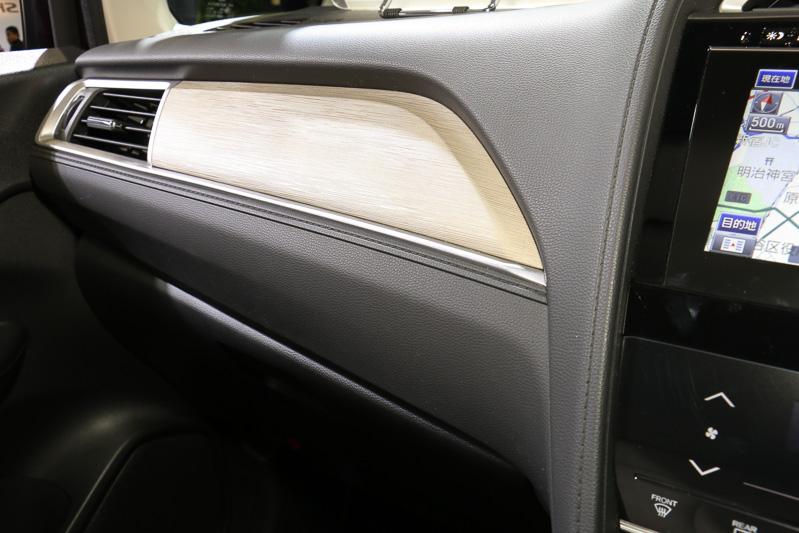 助手席側のグローブボックス上側にインストルメントパネルガーニッシュを装着。HYBRID Z(左)は木目調、そのほかのグレードはメタリック塗装となる
