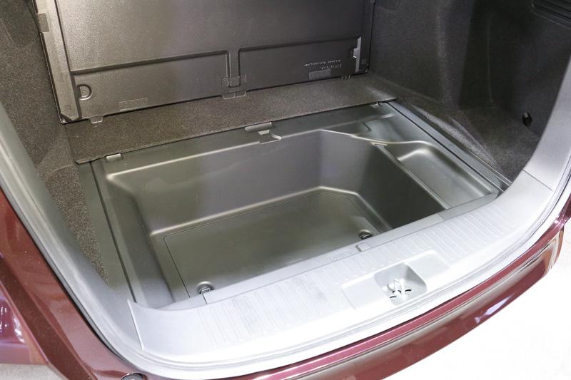 ラゲッジフロア下のアンダーボックスは樹脂製となっており、濡れたり汚れたりしている荷物も気軽に置けるようになっている
