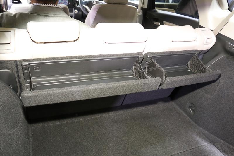 リアシートのシートバック後方に設置された「マルチユースバスケット」。耐荷重能力は3kgに設定されている