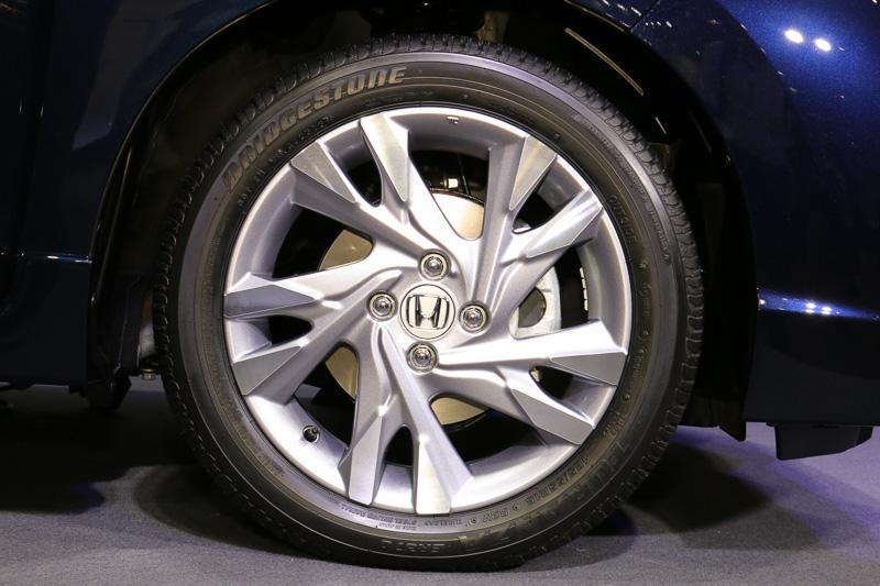 HYBRID Zは16インチアルミホイールを標準装備。タイヤサイズは185/55 R16 83V