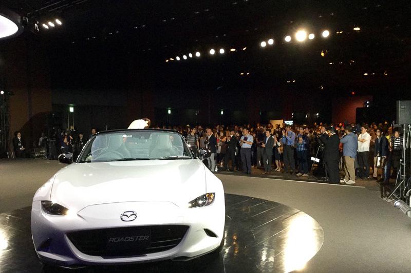 新型ロードスターの開発主査を務めた山本修弘氏が「今日、このステージに立って、やっと発表することができた、そういう実感がわいてきた」と感想を話した