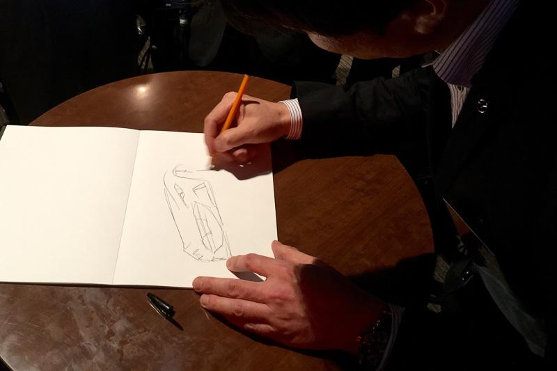 新型ロードスターのチーフデザイナー、中山雅氏がその場でスケッチを書いて来場者にプレゼントするサプライズも
