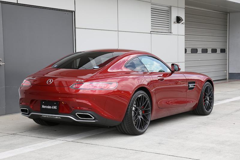 試乗車として用意された「AMG GT S」のボディーサイズは4550×1940×1290mm(全長×全幅×全高)、ホイールベース2630mm。シャシーでは90%以上にアルミニウムを採用したという「アルミニウムスペースフレーム」で、フロントまわりの一部部材をマグネシウム製とし、軽量化とともに回頭性も高められた。車両重量は1670kg。価格は1840万円