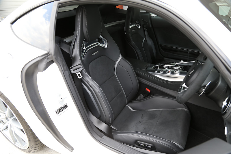 V8エンジンをモチーフにしたセンターコンソールが特徴的な「AMG GT S」のインテリア。そのセンターコンソールには、エンジン特性、サスペンション、ステアリング特性、リトラクタブルリアスポイラーの作動プログラムなどを連動して変化させることが可能な「AMGダイナミックセレクト」のコントローラーが備わる。AMGダイナミックセレクトでは燃費優先の「C(Comfort)」、よりスポーティな「S(Sport)」と「S+(Sport Plus)」、エンジン/エキゾーストシステム/サスペンション/トランスミッションなどさまざまなパラメーターを個別設定できる「I(Individual)」に加え、AMG GT Sではサーキット走行向けの「RACE」モードから選択可能