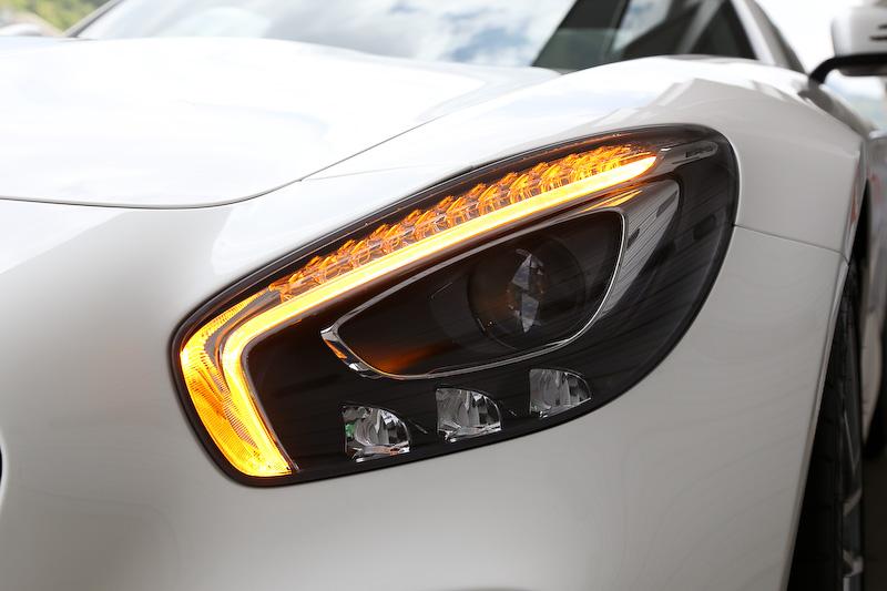 フロントまわりではスリーポインテッドスターを中央に配した立体的なダイヤモンドグリル、LEDドライビングライトやウインカーを眉状にデザインした「LEDハイパフォーマンスヘッドライト」などを採用