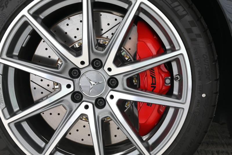 「AMG GT S」は大型の390mmディスクと前後レッドキャリパーを標準装備するが、オプションで強力な制動性能、優れた耐フェード性を発揮する「AMGカーボンセラミックブレーキ」を用意。オプションを選択した場合、キャリパーカラーはゴールドになる