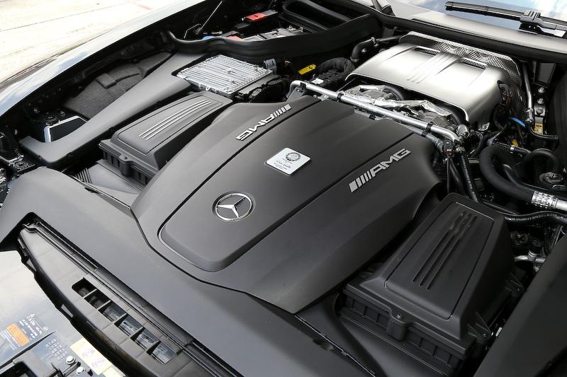 「AMG GT S」が搭載するV型8気筒DOHC 4.0リッター直噴ツインターボ「M178」エンジンは、最高出力375kW(510PS)/6250rpm、最大トルク650Nm(66.3kgm)/1750-4750rpmを発生。メルセデスAMGの哲学に則って1人の職人がエンジンを組み上げ、その証となるバッヂがヘッドカバーの中央に備わる。トランスミッションは7速DCT「AMG スピードシフト DCT」で後輪軸上に配置するトランスアクスル方式を採用。プロペラシャフトもカーボン製と、徹底的にバランスと軽量化に取り組んでいる