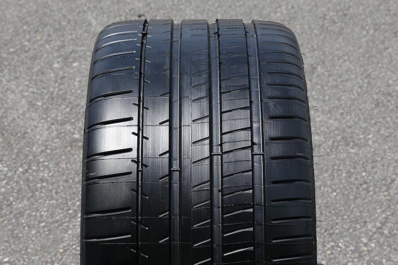 タイヤはミシュラン「パイロットスーパースポーツ」を採用。試乗会当日はバックアップ用のタイヤが多数持ち込まれていた