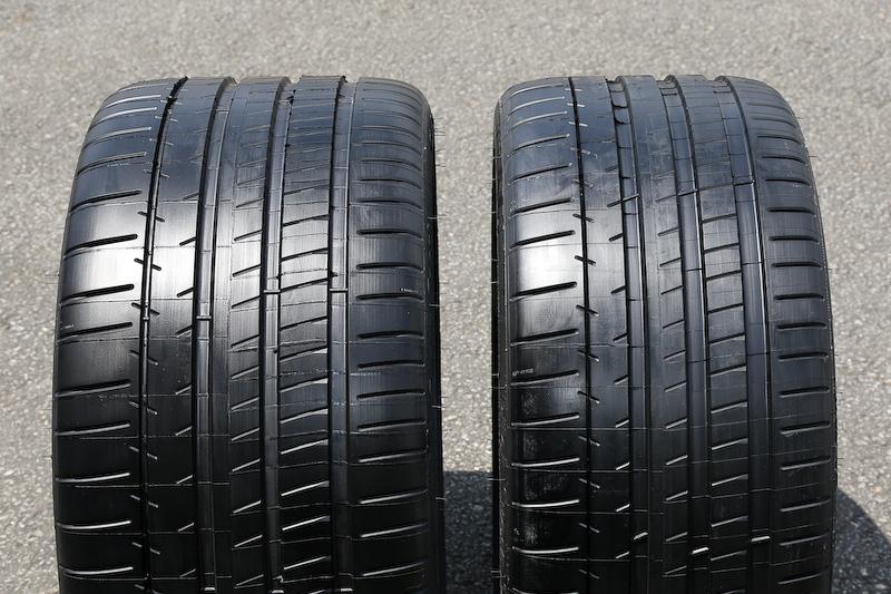 AMG GT Sのタイヤサイズはフロントが265/35 R19、リアが295/30 R20。左がリア用、右がフロント用