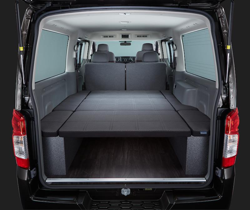 日産の関連会社であるオーテックジャパン扱いの新オプション「ベッドシステム」は、シート生地と共通の素材を採用。ベッドサイズは約1800×約1510mm(長さ×幅)と広く、ベッド下に高さ340mmの収納スペースも用意