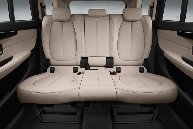 3人掛けとなるセカンドシートはレバー操作1つで前方に移動してサードシートのアクセススペースを作り出す