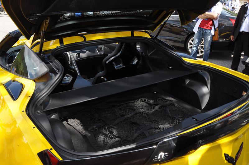 エンジン上部の構造を低くできるOHV方式とエンジン下部にあるオイルパンを不要とするドライサンプを組み合わせることで、低いボンネットフードを可能にしている