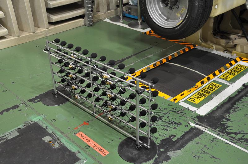 マイクをセットしての計測例。各所で、タイヤから発生する音を計測する