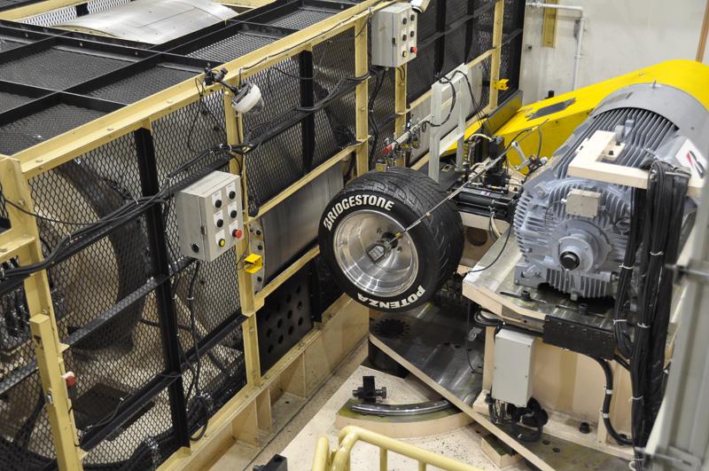 アルティメット アイ。ドラムとタイヤの同期を取って、踏面の状態を計測していく