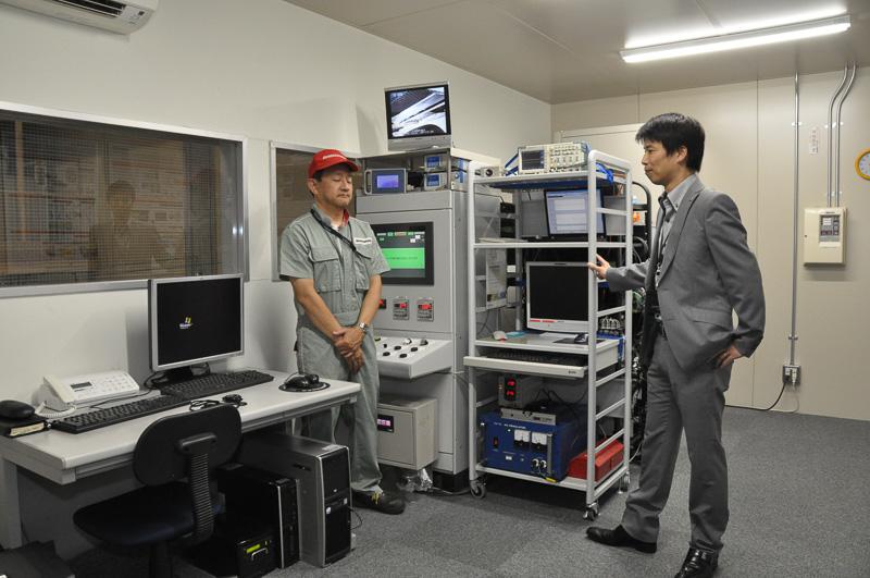 アルティメット アイのコントローラについては、ブリヂストン タイヤ研究本部 操安研究ユニット フェロー 桑山勲氏(右)が説明