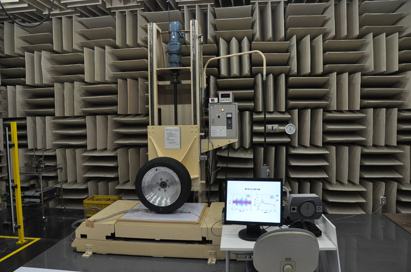 こちらはタイヤを静止状態で計測する無響室