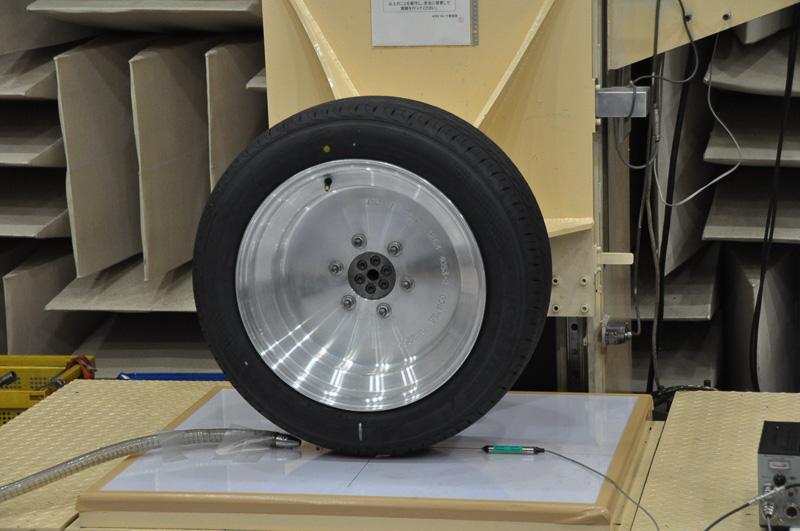 計測例。左のパイプから空気を送り込み、右のマイクで音を計測