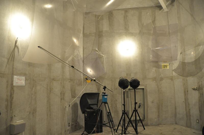 こちらは残響室。音が反射し続けるよう作られており、音に関する研究を行う