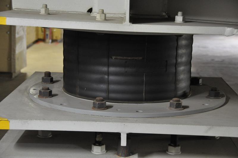 無響室や残響室は、免震ゴムで外の振動と遮断されている