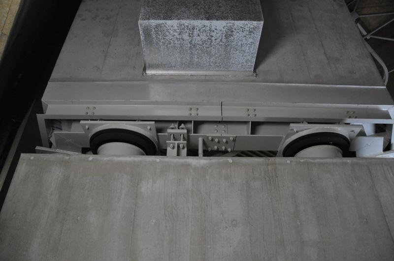 残響室については、電車の空気ばね用のゴムでさらなる遮断が可能となっている。いずれもブリヂストン製