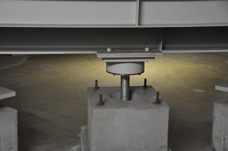 免震ゴムとともにもちいられるダンパー。現在の免震ゴムはダンパー不要とのことだが、この建物に使っている免震ゴムは世代が古いため、揺れ止めのダンパーが設置されている。塑性変形をダンパーとして使用する