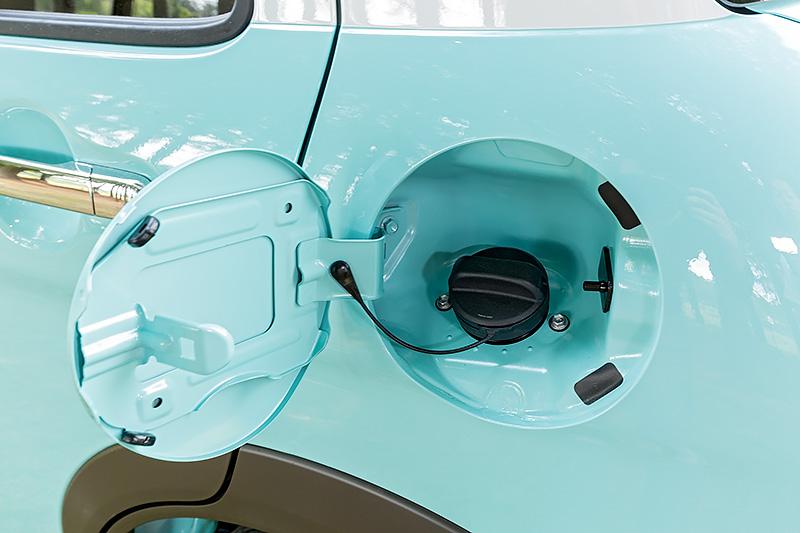 ガソリンは無鉛レギュラー仕様。タンク容量は27L