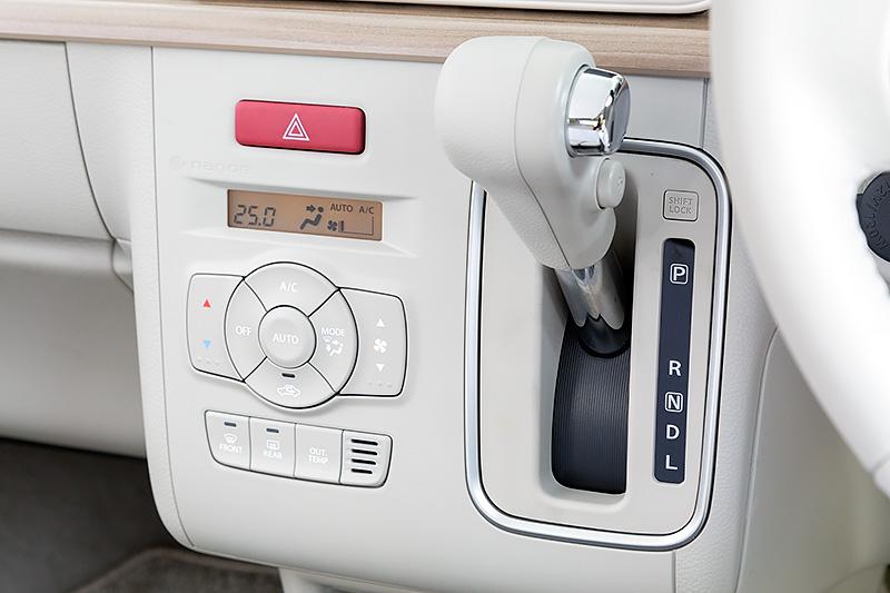 Xのエアコンは「ナノイー」機能付フルオートタイプ。それ以外のグレードはマニュアルエアコン(抗菌処理タイプ/エアフィルター付)が標準となる