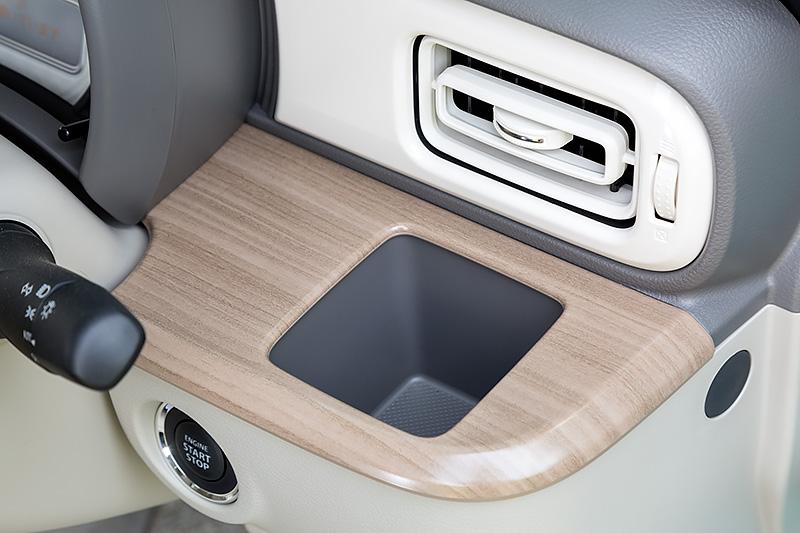 運転席側のカップホルダー。エアコン吹き出し口の前にあるため、保冷/保温効果も期待できそうだ