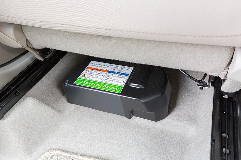 助手席のシート下にエネチャージ用リチウムイオンバッテリーが置かれる