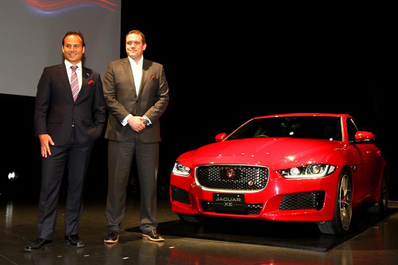 新型XEとのフォトセッションに収るジャガー・ランドローバージャパンのマグナス・ハンソン社長(左)とジャガー・ランドローバーのプロダクト・マーケティング・アーキテクチャ・ディレクターのクリストファー・マッキノン氏(右)