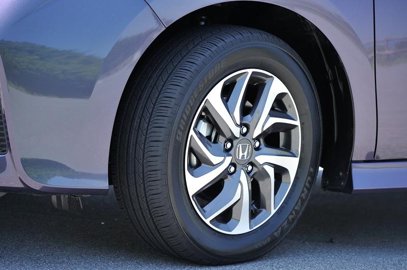 左がスパーダに装着される専用デザインアルミホイールとタイヤ、右が標準モデルのGグレードなどに装着されるスチールホイール+フルホイールキャップ。タイヤサイズはどちらも205/60 R16 92H
