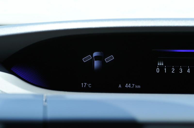 同じくオプション設定のマルチインフォメーション・ディスプレイでは、新たに「タイヤ角度モニター」を採用。ステアリング操作に連動し、タイヤが現在どの方向を向いているかを表示してくれる